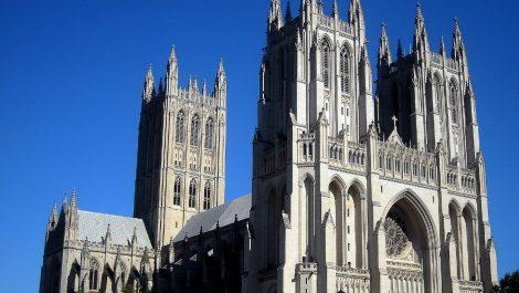 Sacerdotes en Washington consiguen miles de mascarillas «olvidadas» en la catedral