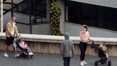 Cristiano Ronaldo salió de su casa para pasear con su familia