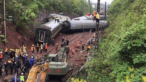 Un muerto y 127 heridos tras descarrilarse un tren en China