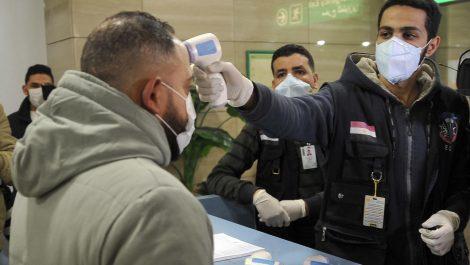 Colombia: hombre se quita la mascarilla y tose en la cara a trabajadora de un aeropuerto