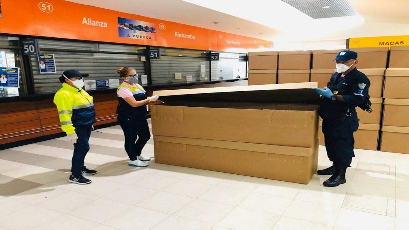 Guayaquil utiliza ataúdes de cartón para las víctimas del coronavirus