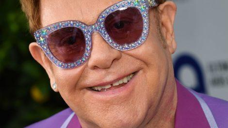 Ex mujer de Elton John presenta denuncia contra el cantante