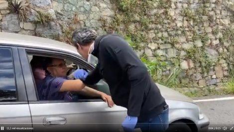 Guaidó reaparece en una cola de gasolina tras rumores de protección diplomática