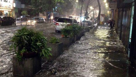 Árboles caídos, apagones y vías anegadas tras una noche de fuertes lluvias en Caracas