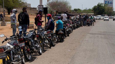 Motorizados atacaron con piedras a militares para pedir gasolina subsidiada
