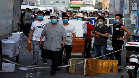 Cierran el mayor mercado de verduras de Pekín por un nuevo brote de coronavirus