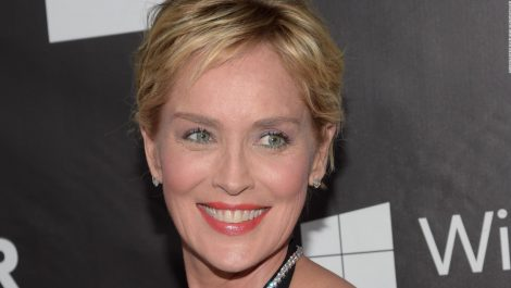 Un rayo casi mata a Sharon Stone mientras planchaba