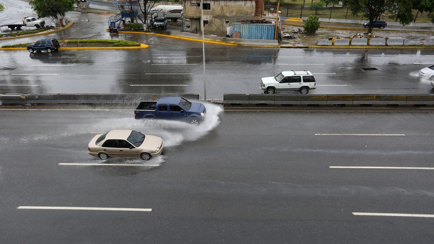 Fuertes lluvias inundaron Caracas (Videos)