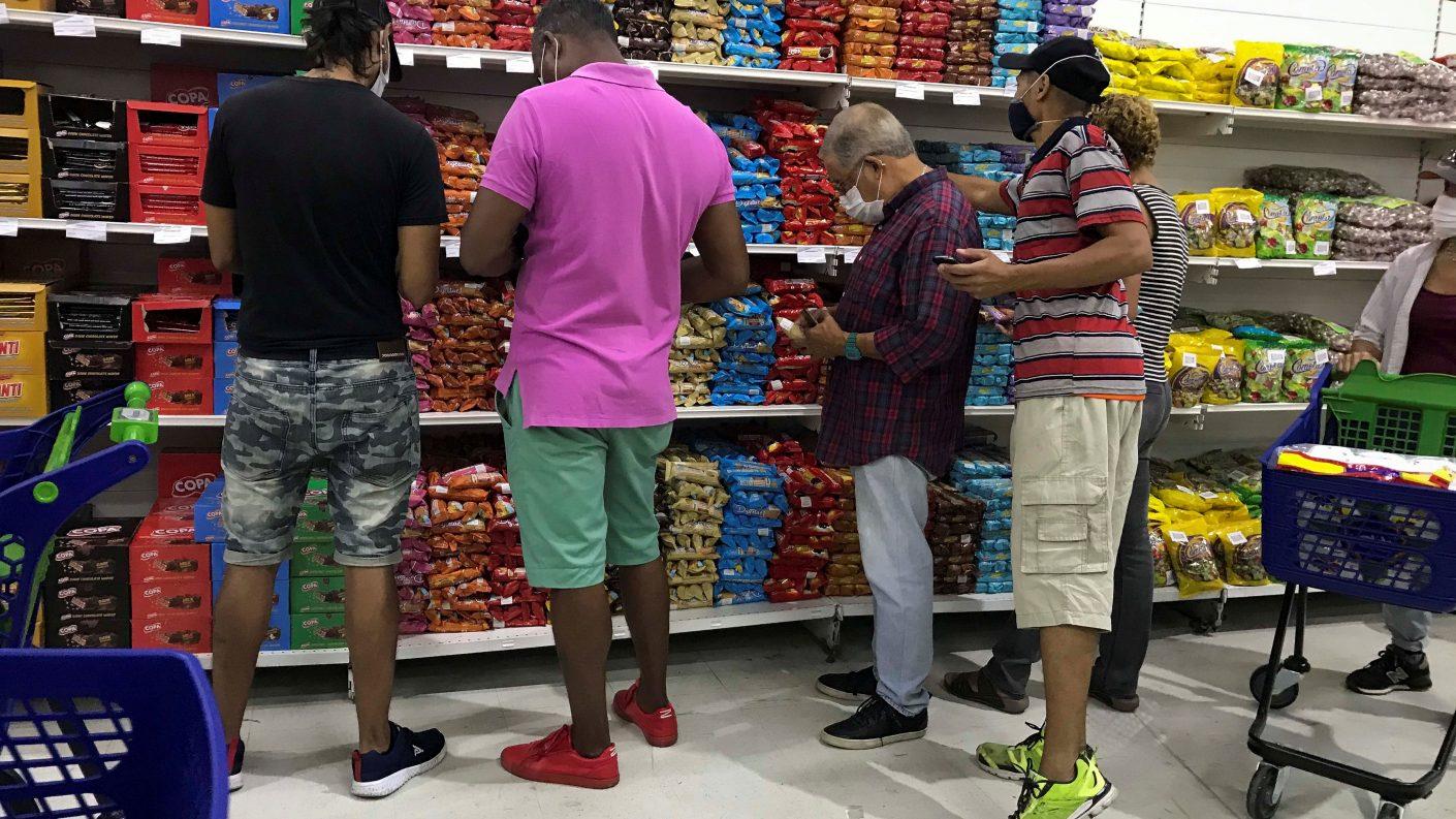 Súpermercado iraní arrancó con ofertas y grandes colas