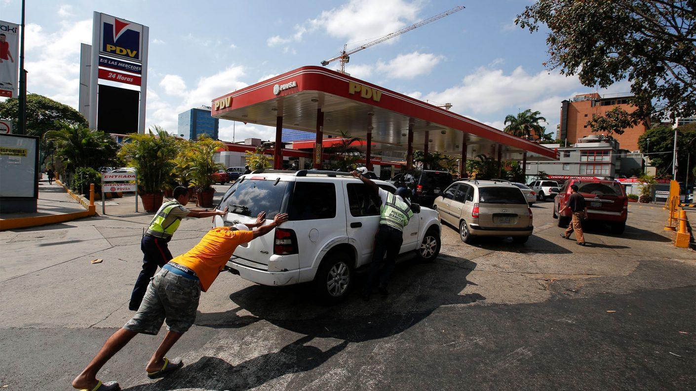 Tres funcionarios presos y una joven víctima tras tiroteo en gasolinera