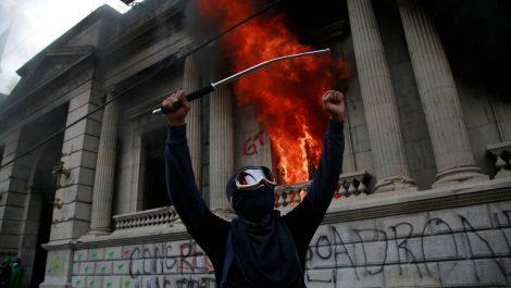 Toman y casi queman el parlamento guatemalteco
