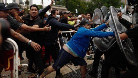 Velatorio público de Maradona sin distanciamiento social y con choques con la policía
