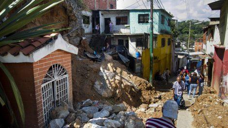 Fallece niña tapiada al derrumbarse cerro en población del occidente de Falcón