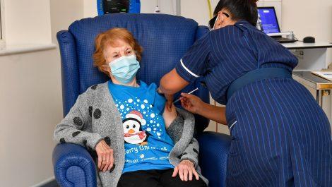 Una mujer de 90 años, la primera del mundo en recibir la vacuna de Pfizer