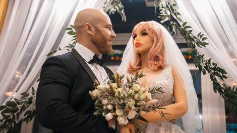 Físicoculturista ruso se casó con su muñeca sexual