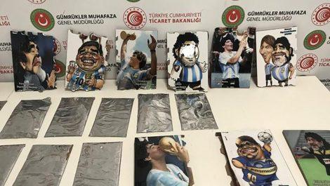 Incautaron un cargamento de cocaína oculta en retratos de Maradona
