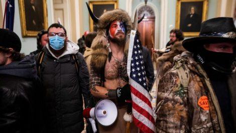 Asalto al Capitolio: ¿Quién es el hombre con cuernos que lideró la protesta?