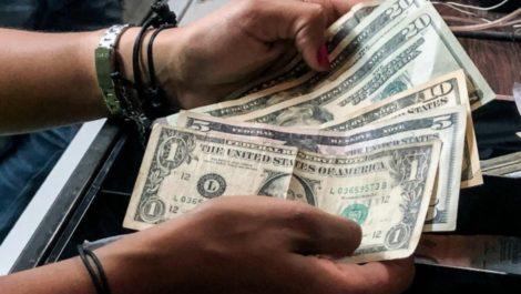 El nuevo negocio en la calles de Venezuela: vender billetes de 1$ y comprar billetes rotos