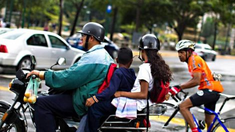Prohíben llevar a niños en moto, sancionarán con la retención del vehículo