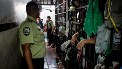 Hay más de 50 jóvenes fugados de un centro de detención en Caracas