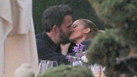 Jennifer y Ben sellan oficialmente su regreso con un beso frente a las cámaras