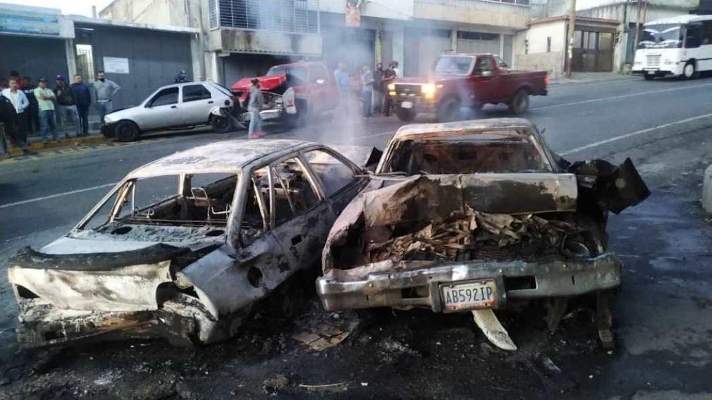Vehículo sin frenos colisionó con 5 carros en cola de gasolina y 2 de ellos se incendiaron (+FOTOS)