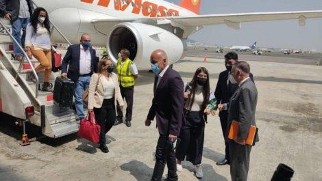 Delegación chavista llegó a México sosteniendo carteles con la cara de Álex Saab