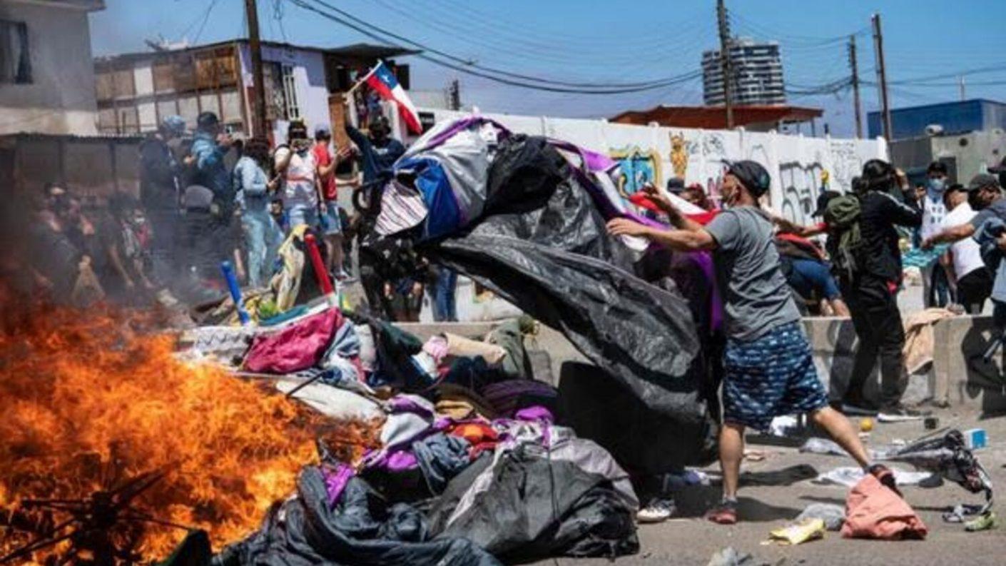 Chile: manifestaron contra migrantes y quemaron campamento de venezolanos