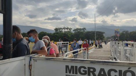 Solo dejan cruzar el puente Simón Bolívar por orden del terminal de cédula